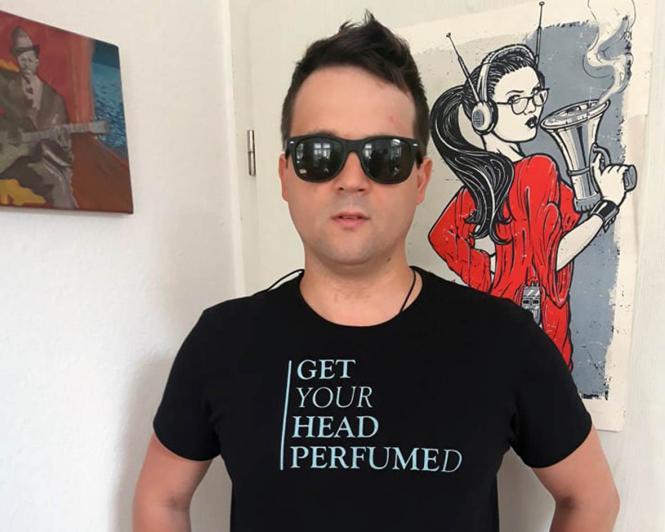 """Get Your Head Perfumed"" - T-Shirt Black Herren M (einseitig bedruckt, hellblau)"